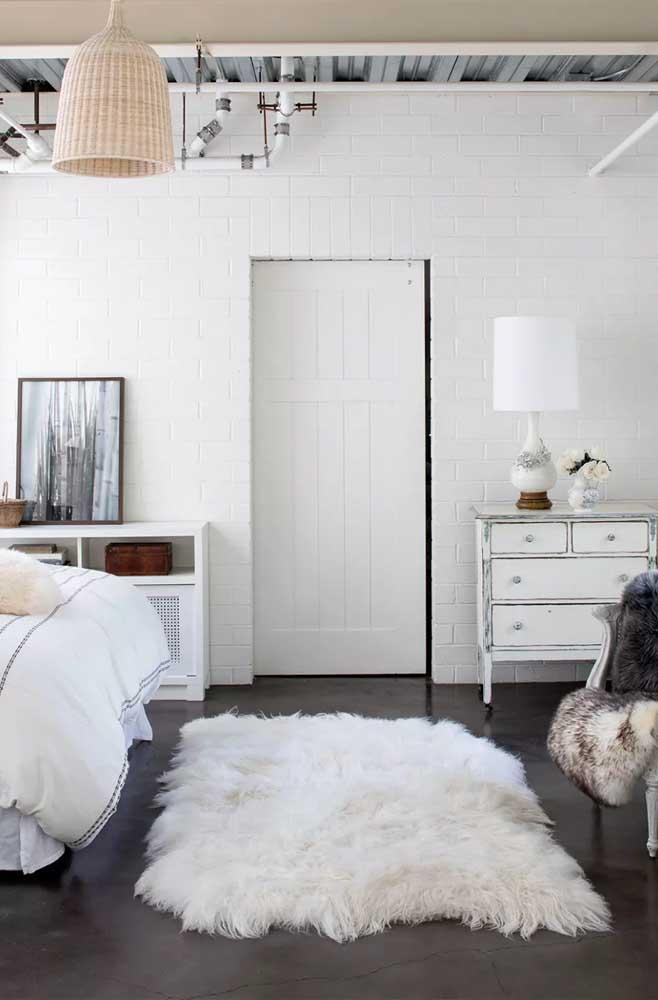 Para o quarto o ideal é escolher um tapete felpudo pequeno.