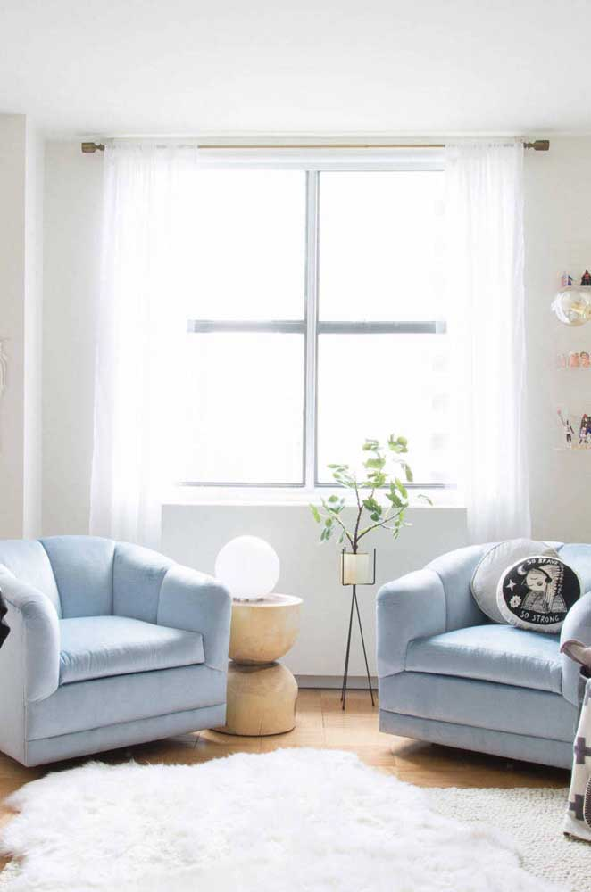 A iluminação natural e um tapete felpudo branco ajudam a dar impressão de espaço ampliado.
