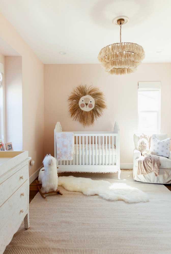 O tapete felpudo complementa a decoração delicada do quarto do bebê.
