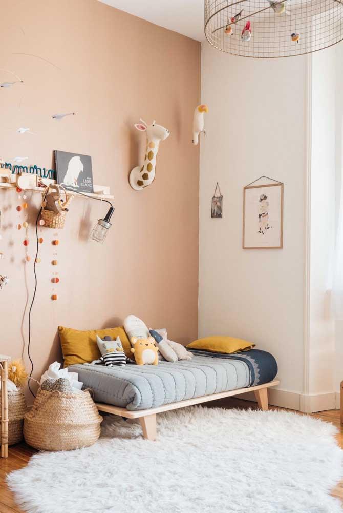 O que acha de escolher um tapete felpudo redondo para decorar o quarto das crianças.