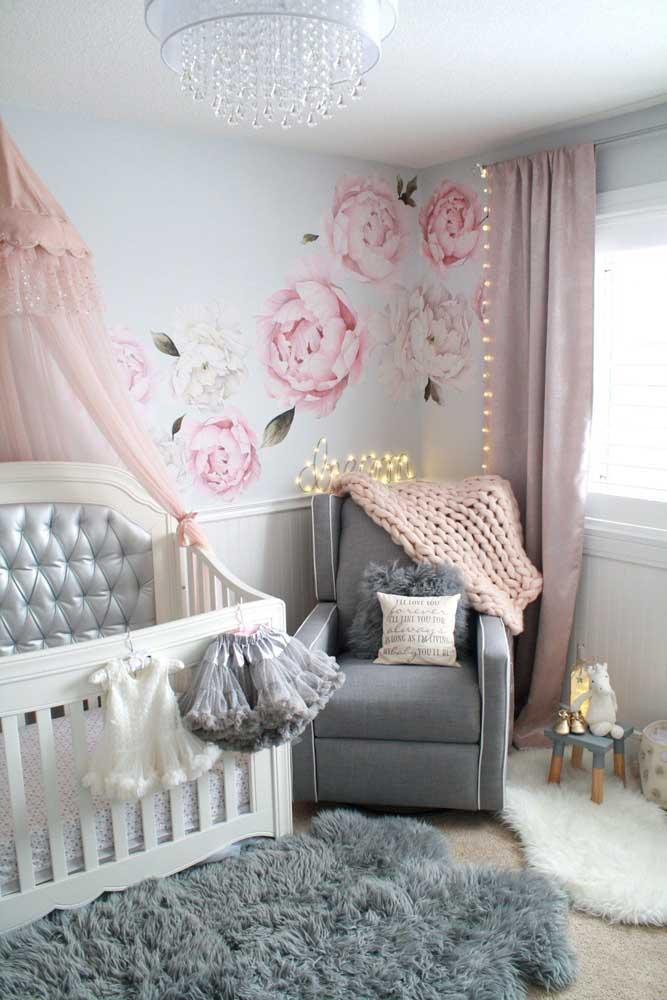 As cores rosa e cinza combinam demais na decoração. Nesse caso, o ambiente ganha destaque com o tapete felpudo.