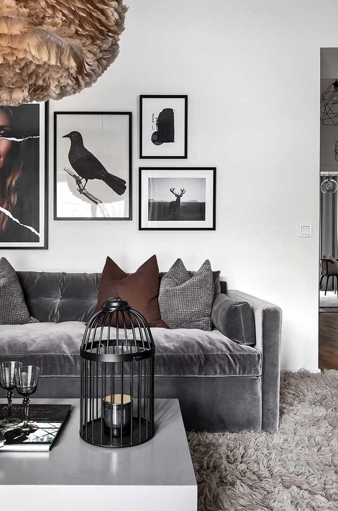 Olha como o tapete felpudo combina com o sofá da sala.