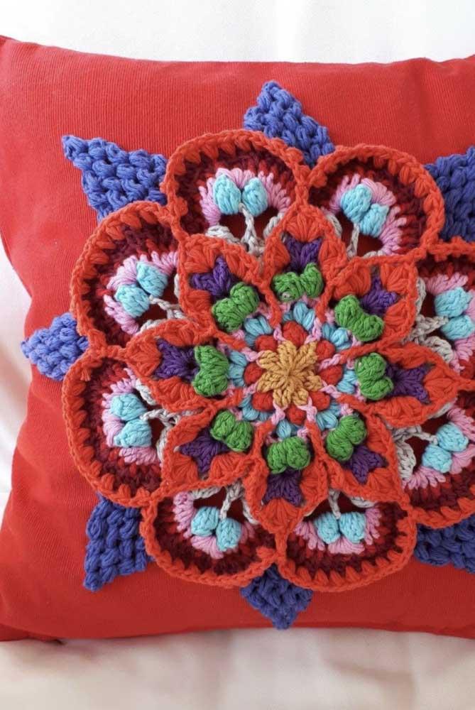 Você pode usar o crochê apenas no centro da capa de almofada.