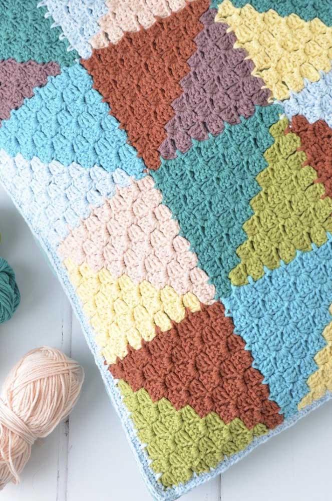 Veja como fazer uma almofada de diferentes cores.