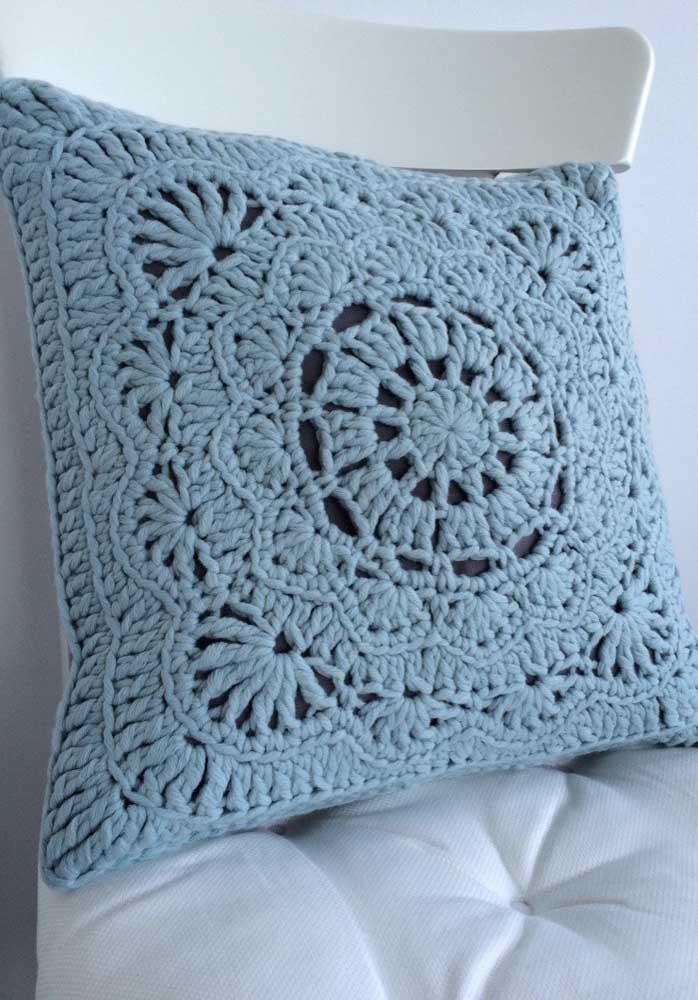O que acha de apostar na capa de almofada azul?
