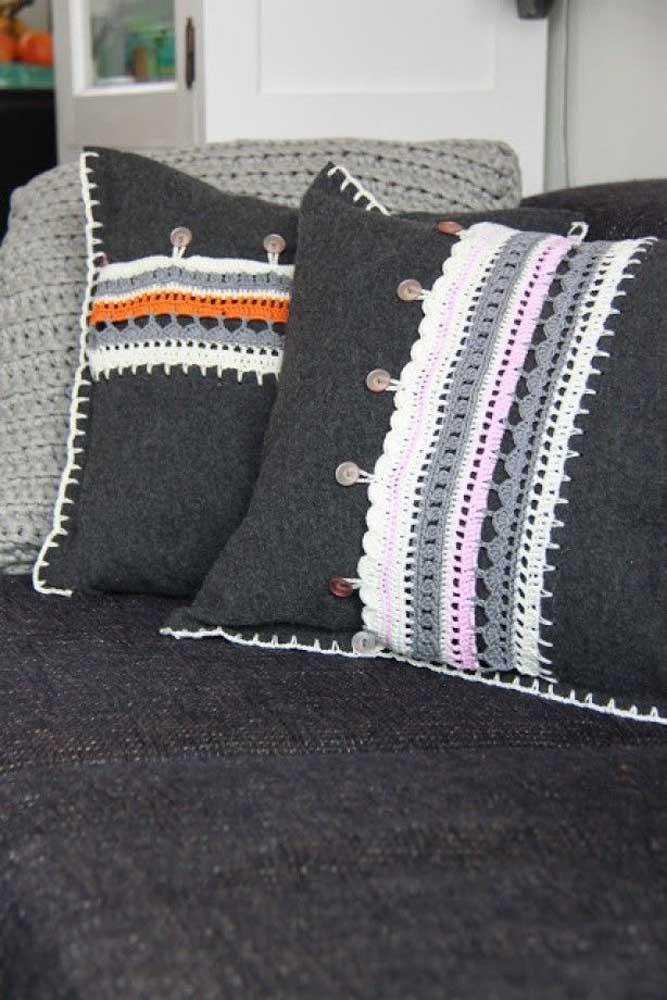 Mas a capa de almofada fica ainda melhor com um detalhe de crochê.