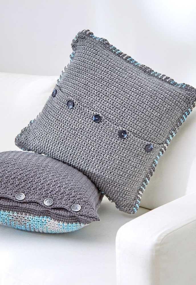 Você pode fazer o acabamento da capa de almofada com botões.