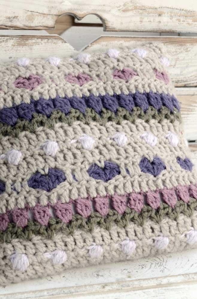 Como é o caso dessa capa de almofada que combina com o estilo rústico.