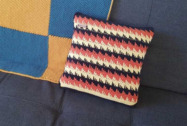 Olha essa capa de almofada bordada perfeita para combinar com a sua decoração.