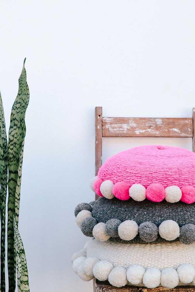 Use a criatividade na hora de fazer a capa de almofada.
