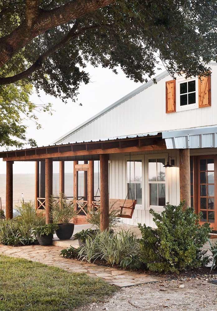 Aqui, os pilares de madeira garantem o toque rústico da casa de campo