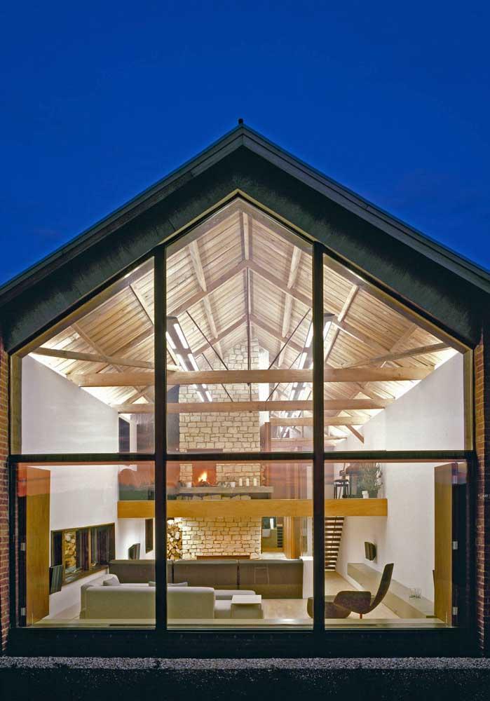 Use vidros! Eles iluminam e deixam a casa de campo mais sustentável