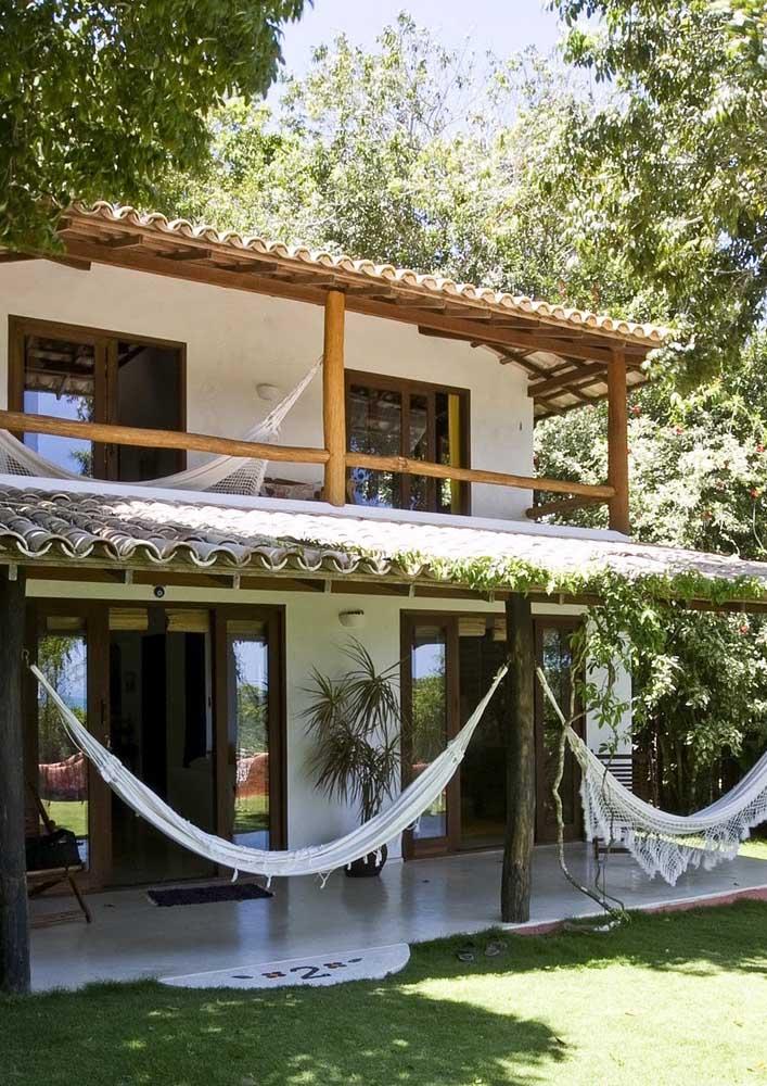 Casa de campo com varanda e redes. Um convite ao descanso!