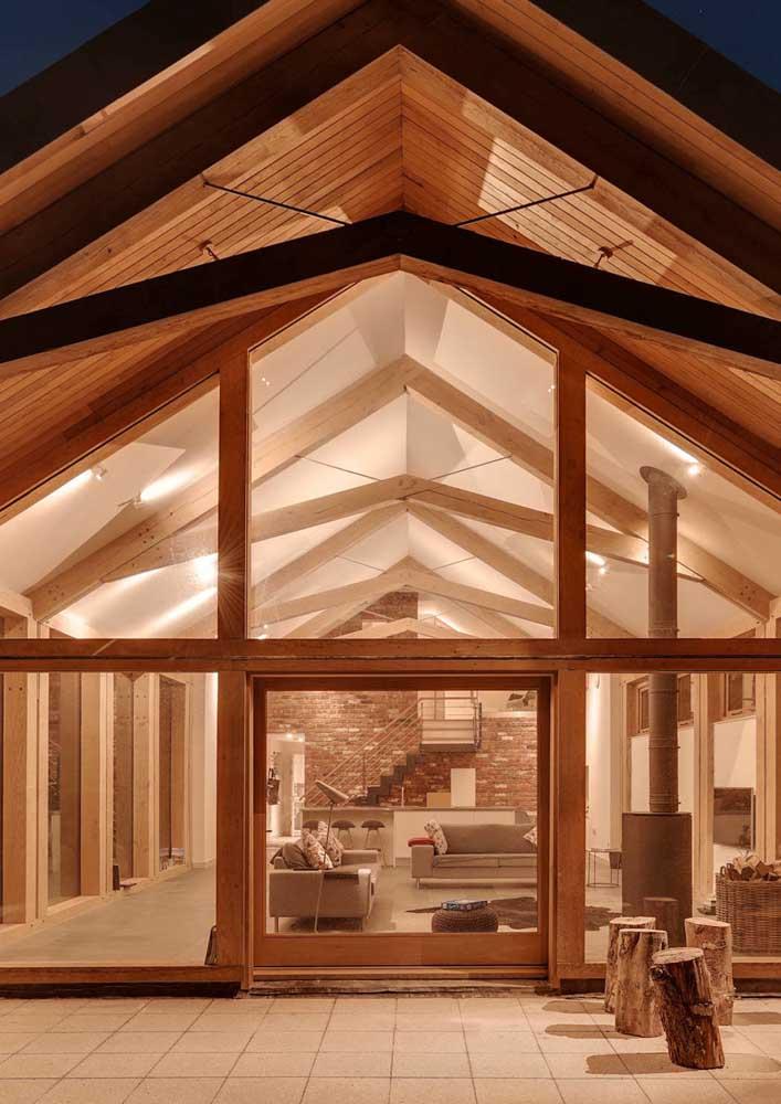 Madeira e vidro para uma casa de campo rústica moderna