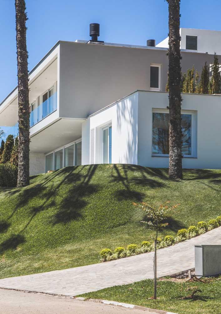 Casa de campo luxuosa com fachada branca e moderna