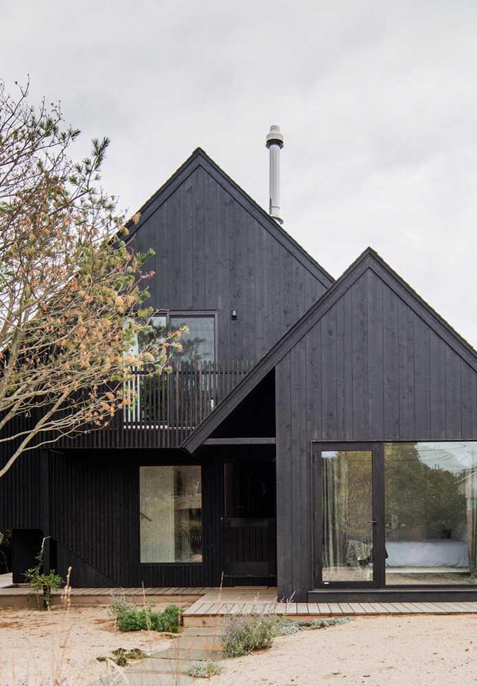 Fachada de casa de campo clássica revestida em madeira
