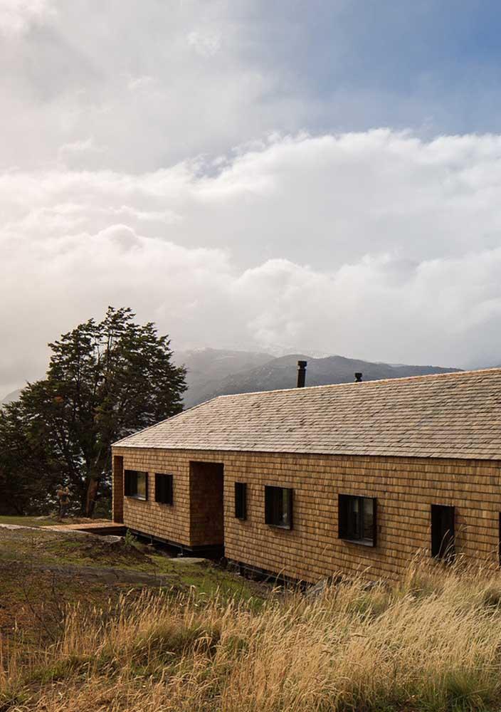 Aqui, a casa de campo parece se camuflar em meio a natureza