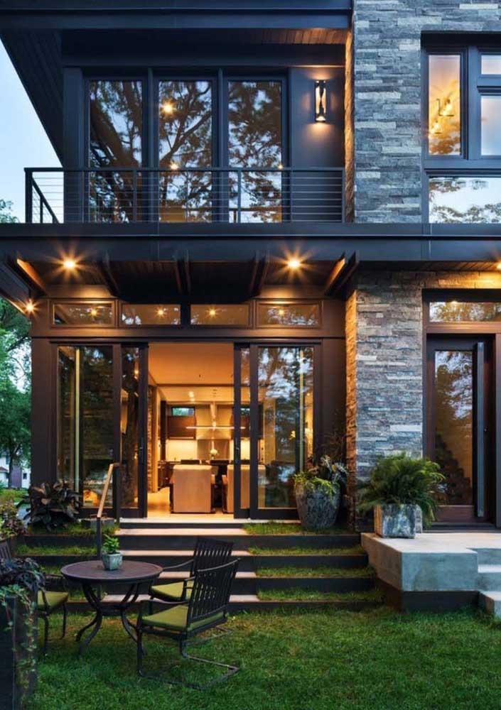 Casa de campo arejada, iluminada e super aconchegante. Destaque ainda para a varanda ao ar livre