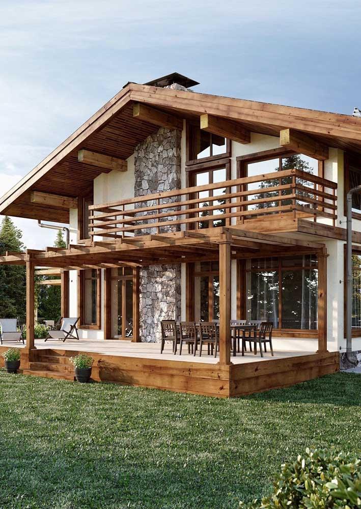 Casa de campo construída em alvenaria com detalhes em pedras e madeira