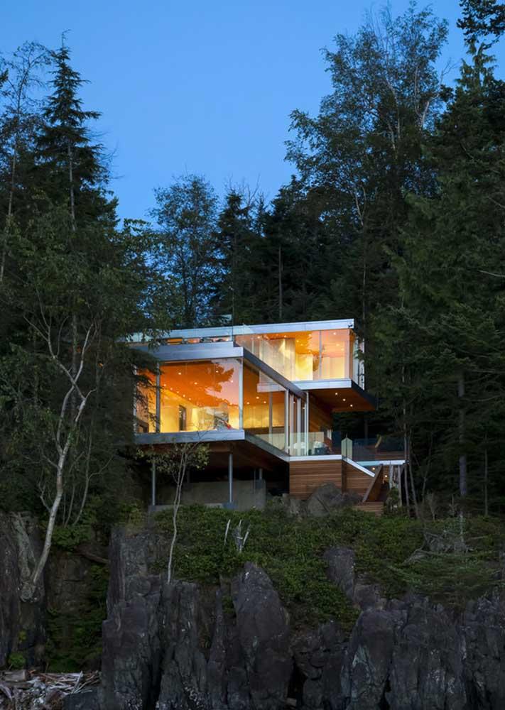 Casa de campo moderna com destaque para o uso dos vidros