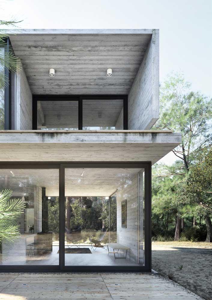 Casa de campo moderna e minimalista com paredes de vidro