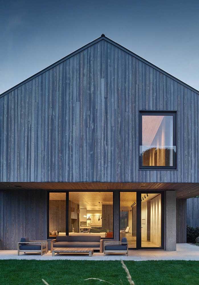 Casa de campo moderna com varanda e revestimento em madeira