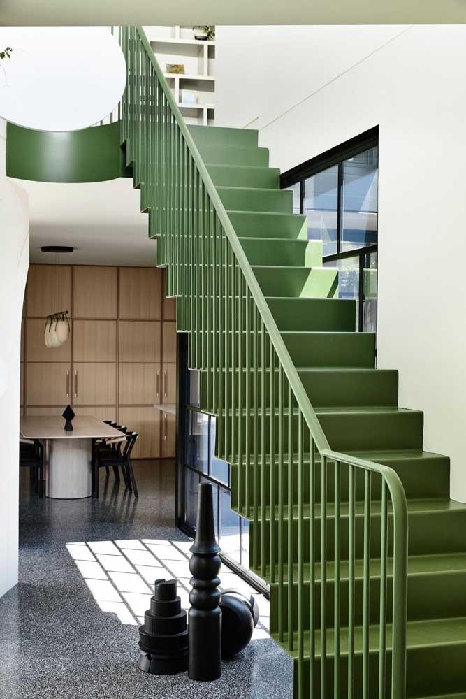 O que acha de pintar a escada de ferro na cor verde para destacar o ambiente?
