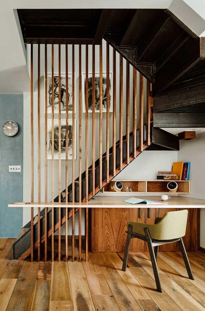 Se for combinar a escada de ferro com madeira é possível criar um ambiente mais rústico.