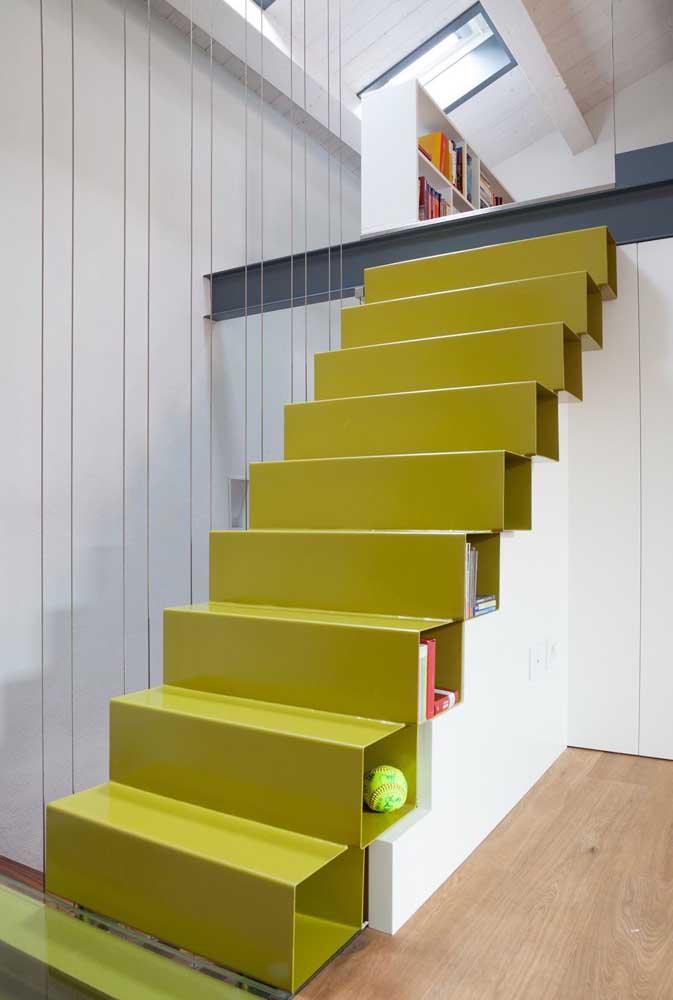 Use e abuse de cores fortes e vivas na hora de fazer a escada de ferro para sobrado.