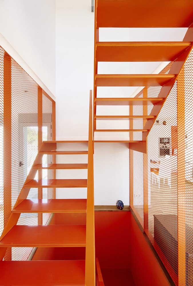 Perceba como a escada de ferro colorida dá uma outra cara ao ambiente.