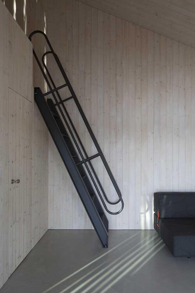 Você pode usar a escada de ferro como subida para o beliche superior por ser algo mais leve.