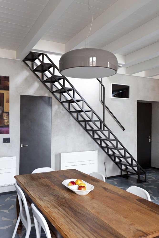 A escada de ferro reta é muito usada em lofts industriais, principalmente, na cor preta.