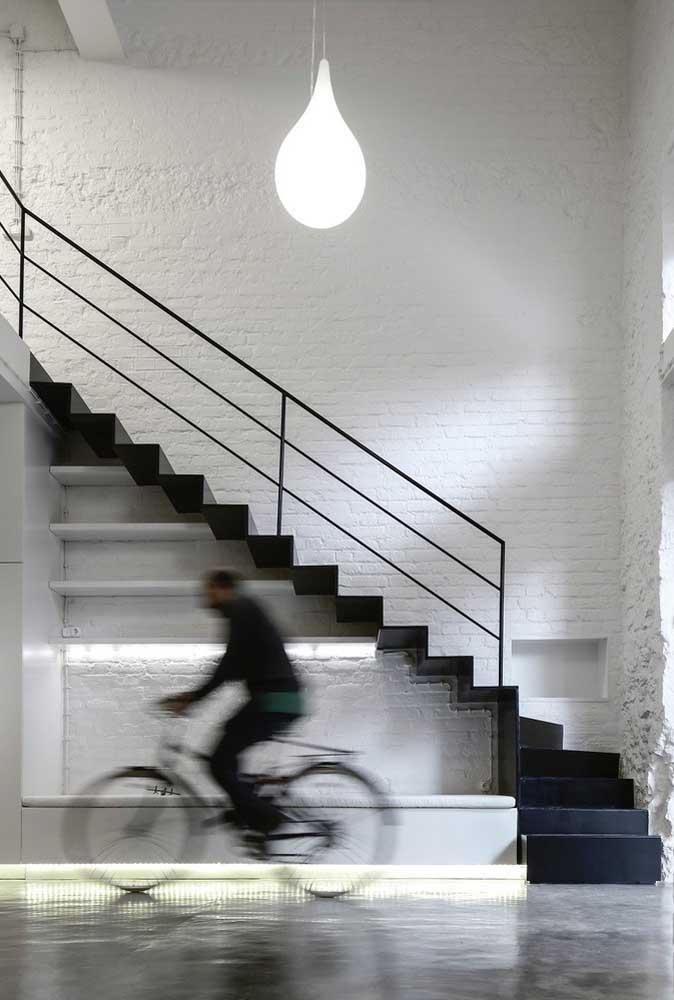 Se você tem um bom espaço pode apostar na escada de ferro em L.