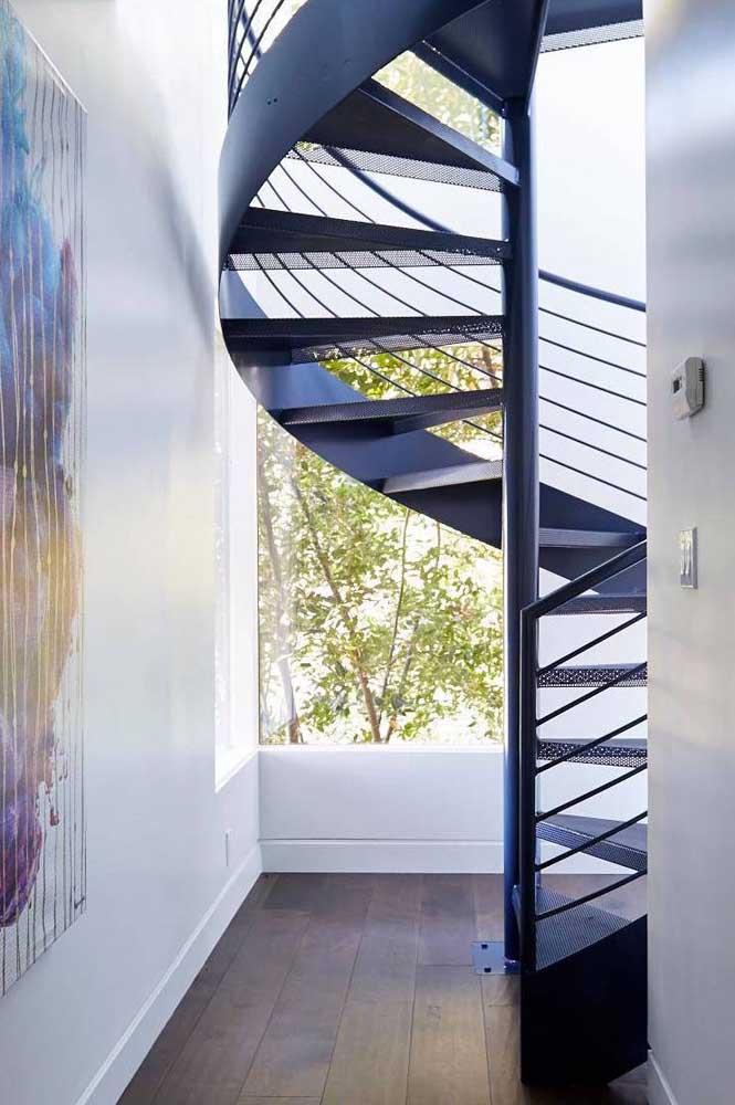 É impressionante como a escada de ferro caracol deixa o ambiente mais clássico.