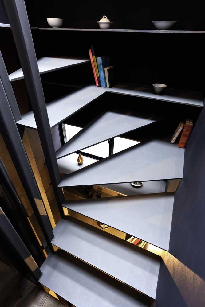Que tal juntar a escada de ferro com uma estante de livro?