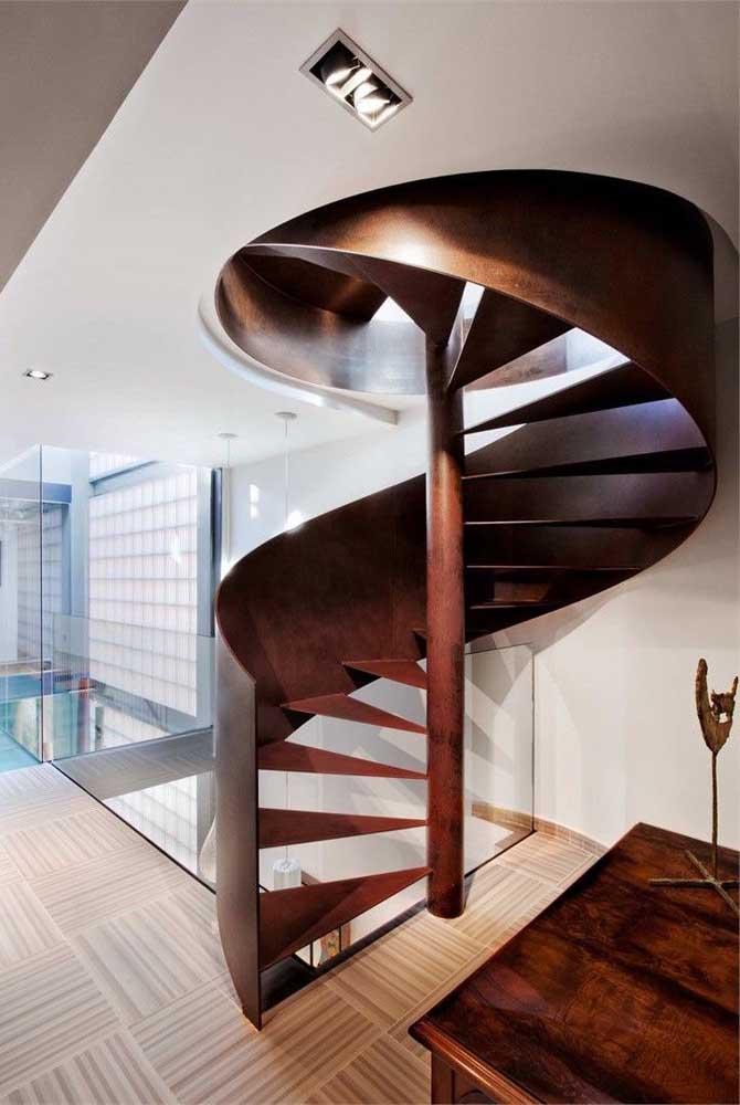 Que escada de ferro com design diferenciado e com uma cor que destaca todo o seu luxo.