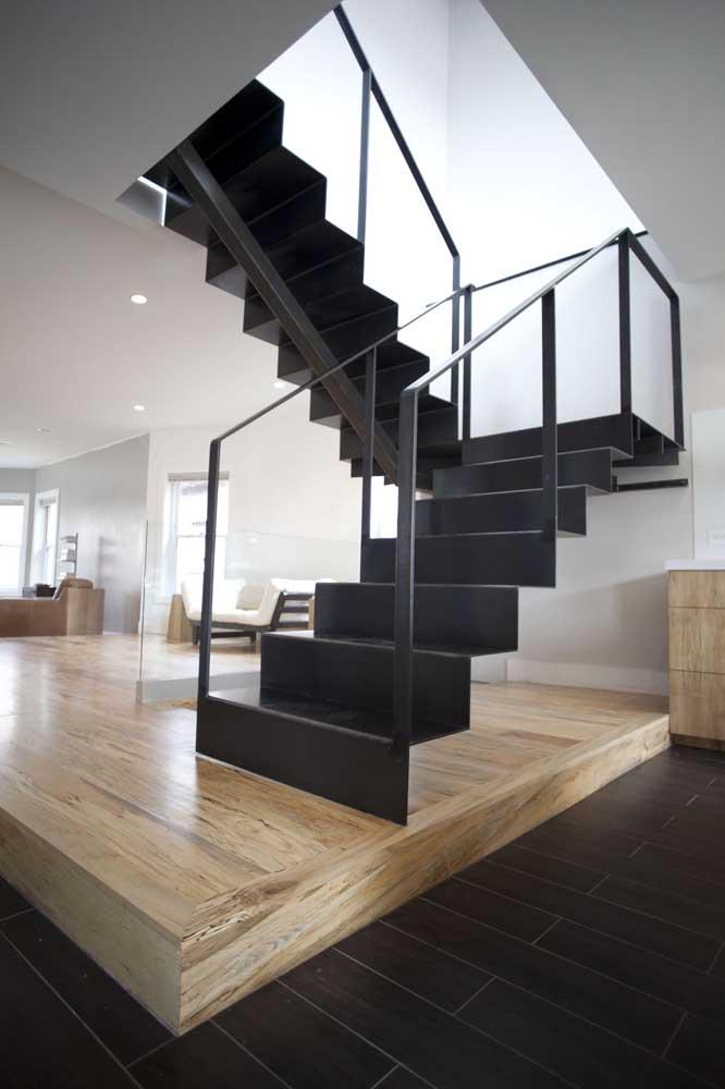 escada de ferro pode ser projetada para ser instalada em cima de um piso de madeira.