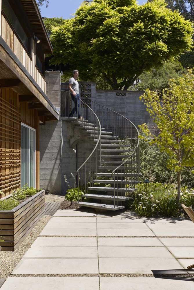 Quem disse que não dá para ter uma escada de ferro externa?