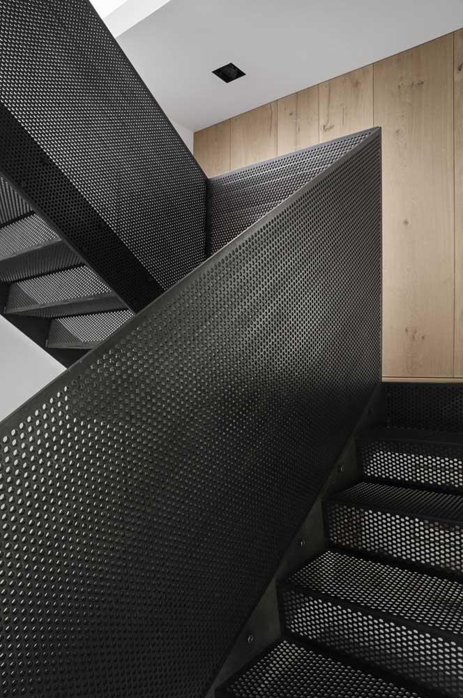 A escada e o corrimão de ferro seguindo o mesmo estilo e design.