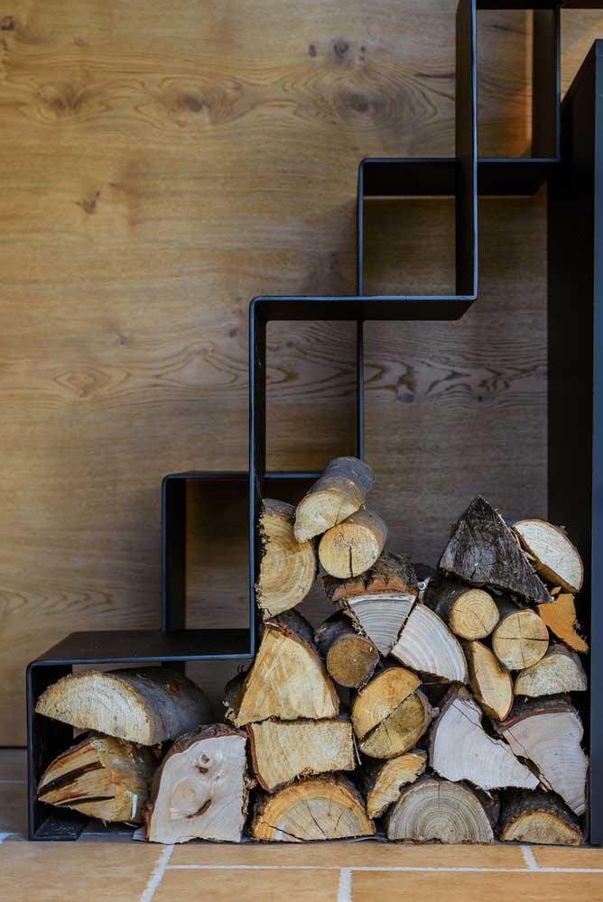 Sabe aquele espaço debaixo da escada que fica sem uso? Pode ser perfeito para colocar os pedaços de madeira da lareira.