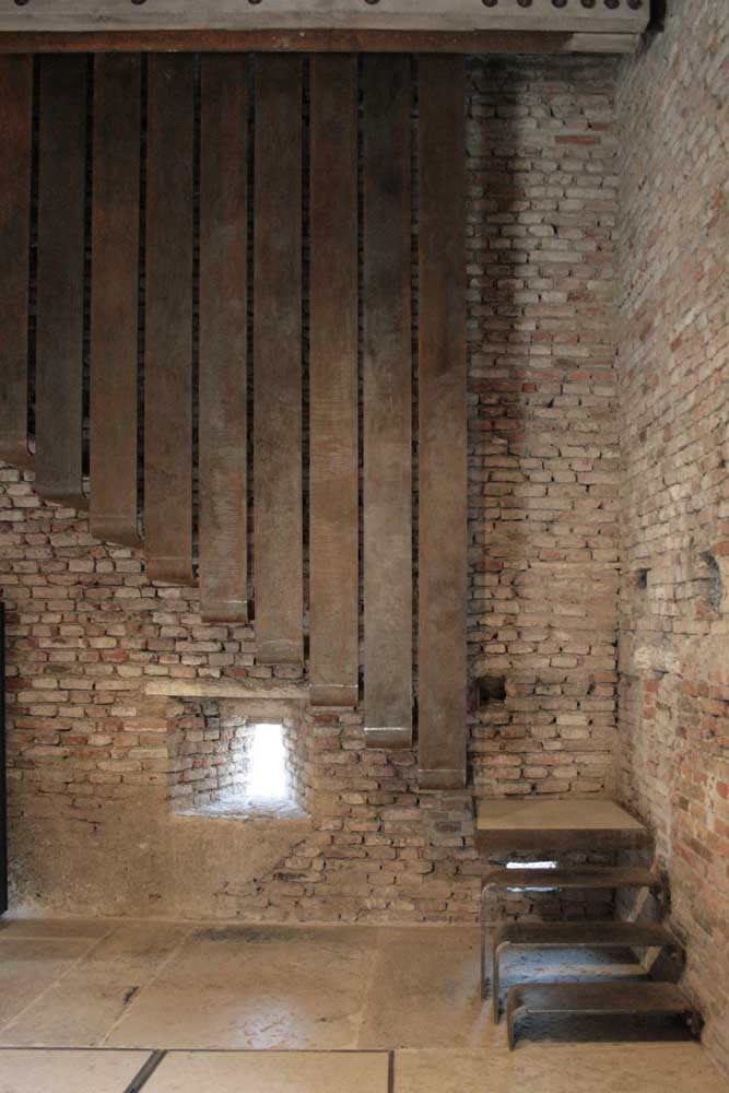 Uma combinação inusitada de escada de ferro com pedra.