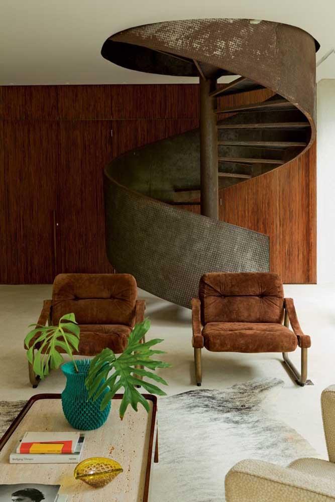 Que tal uma escada de ferro caracol bem no meio da sala?