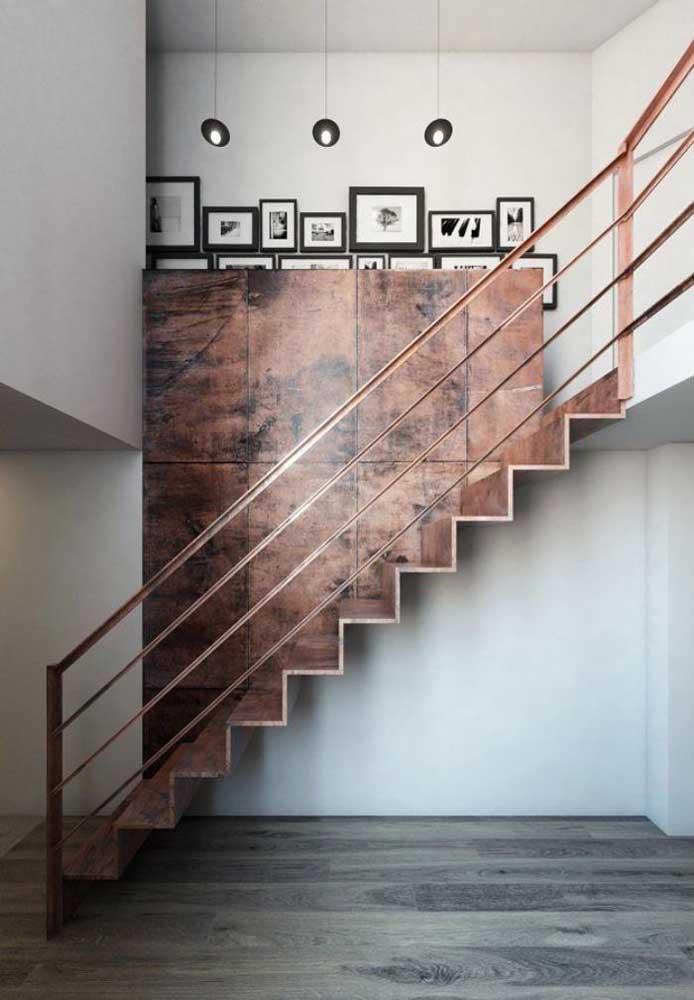 O mais bacana é combinar o corrimão com os degraus da escada de ferro.