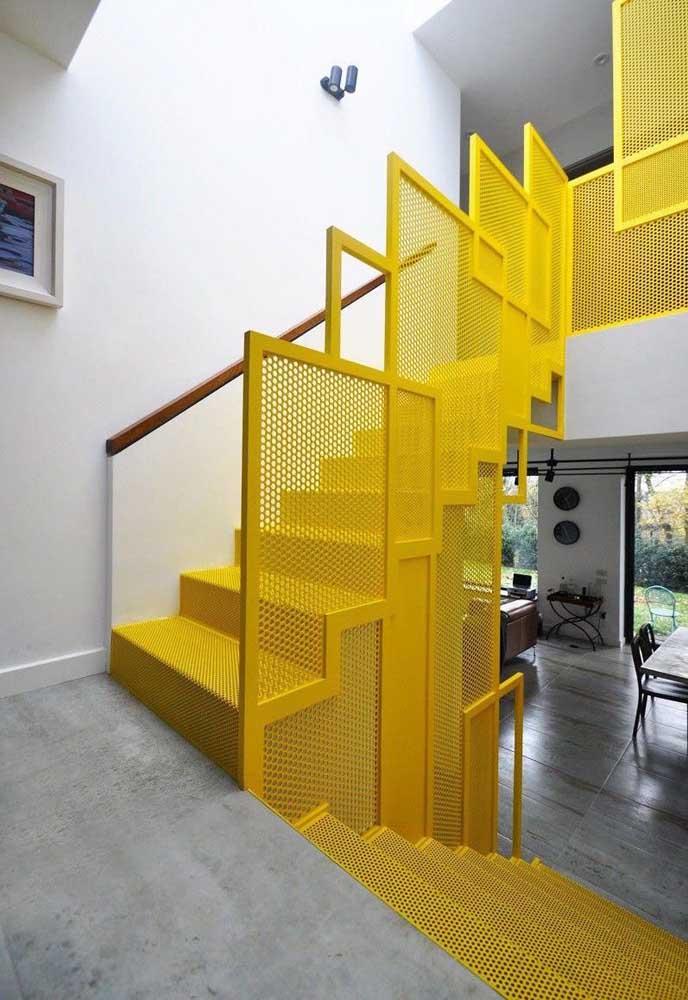 A cor amarela destaca qualquer objeto em uma decoração, imagina uma escada.
