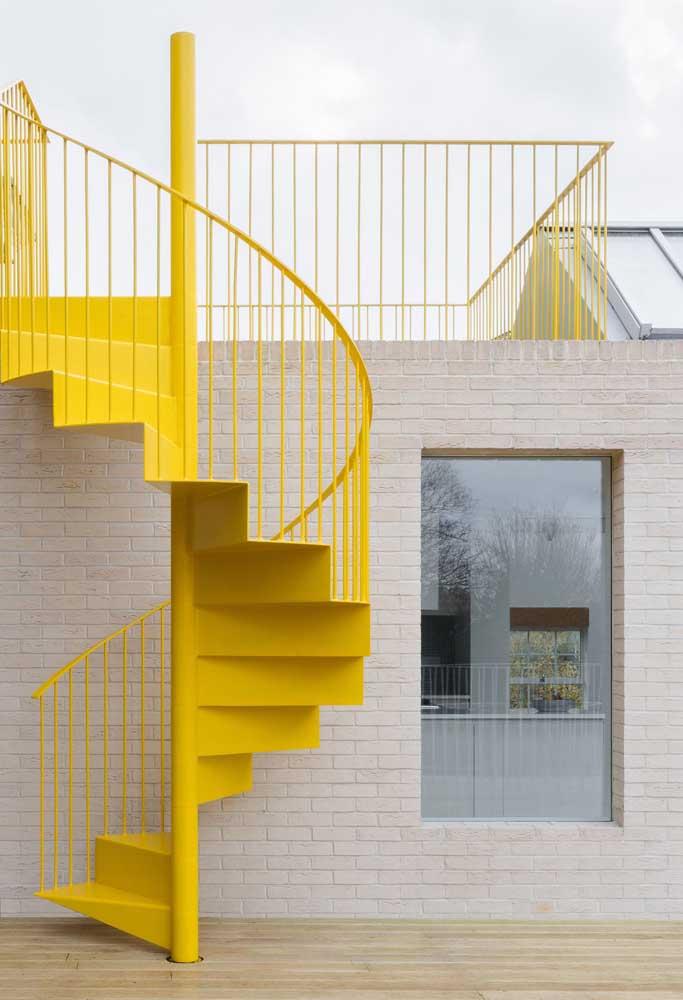 Perceba como a escada de ferro na cor amarela destaca a parede de tijolos.