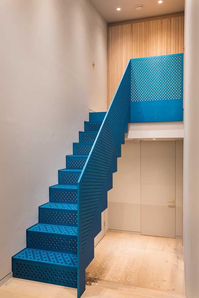 A escada de ferro é tão versátil que dá para escolher uma na cor azul.