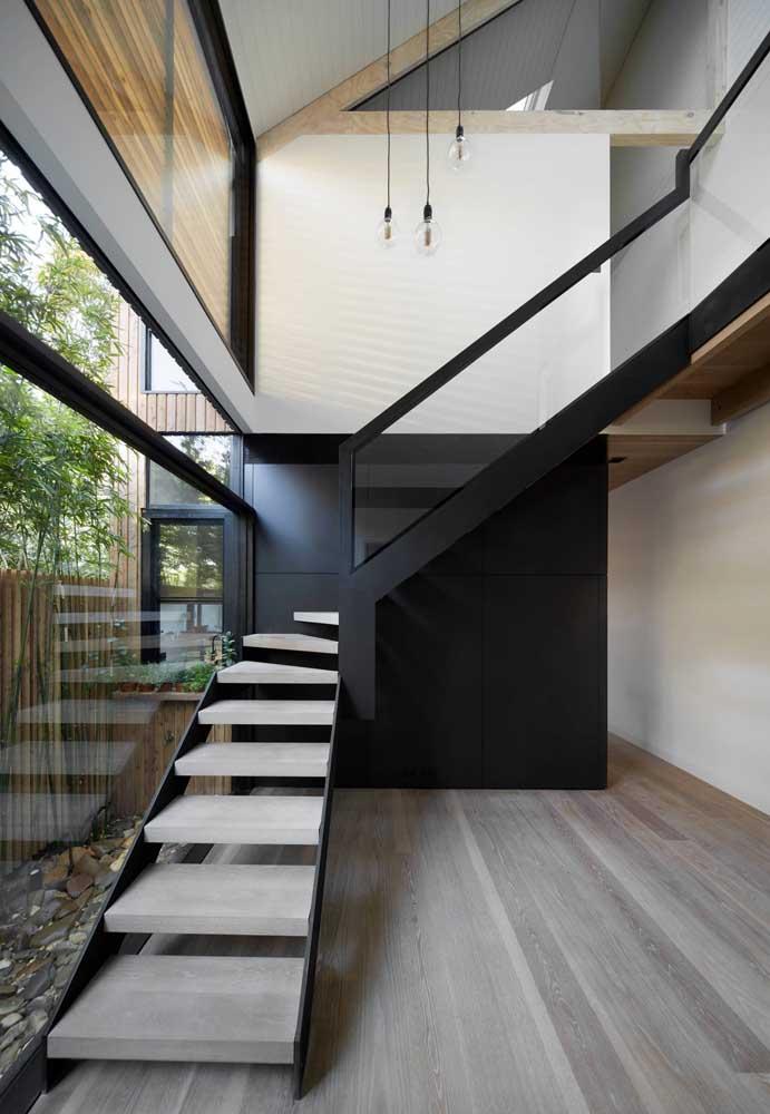 Para se sentir mais seguro, você pode fazer uma escada de madeira com ferro.