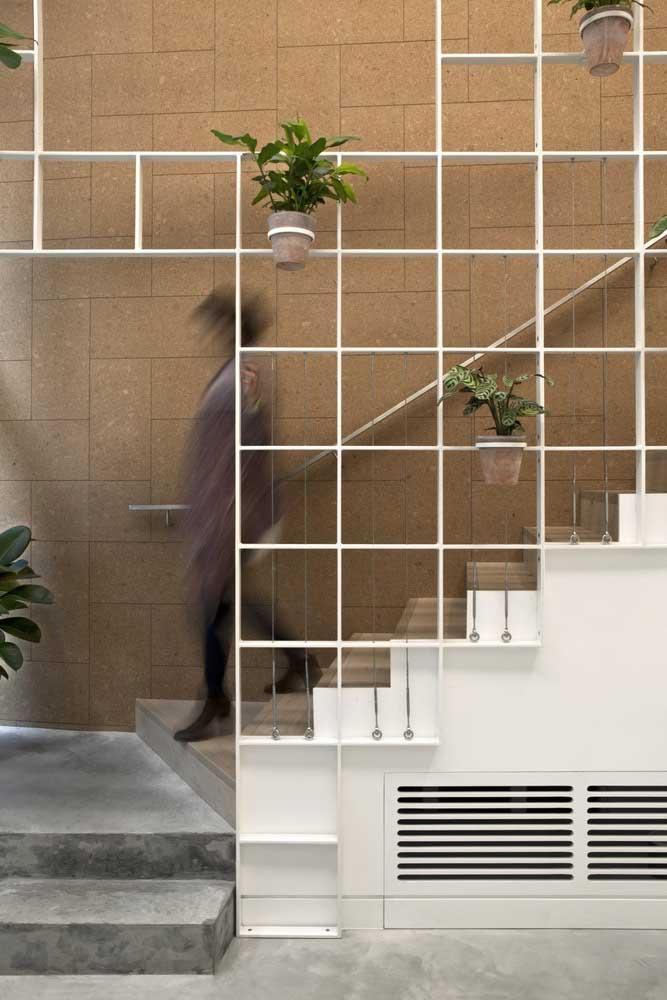 A decoração da escada de ferro fica por conta da sua imaginação.