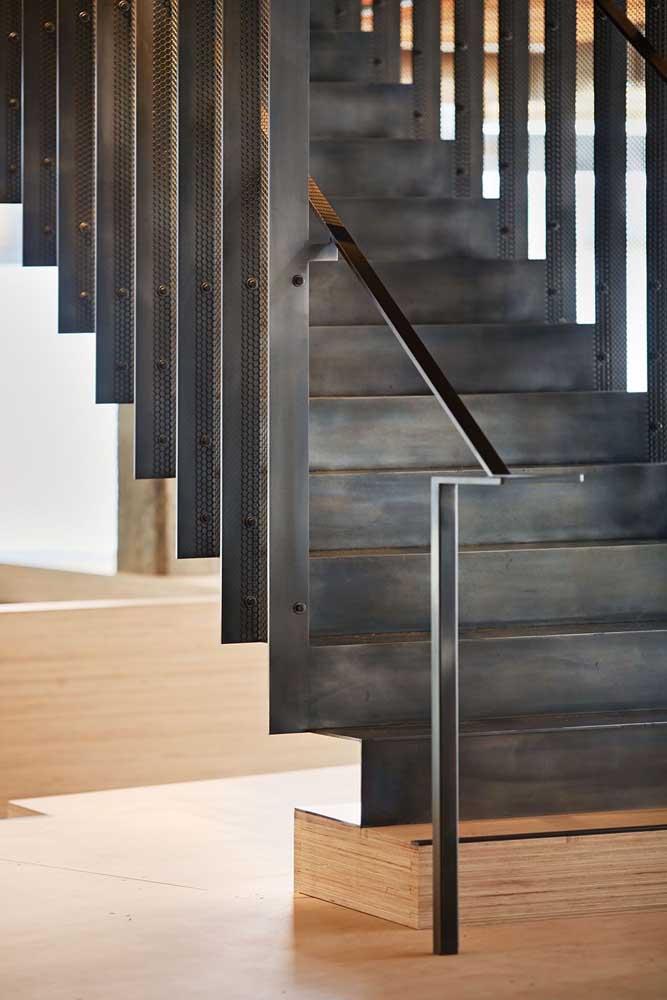 Olha como o acabamento de madeira fica perfeito para essa escada de ferro.