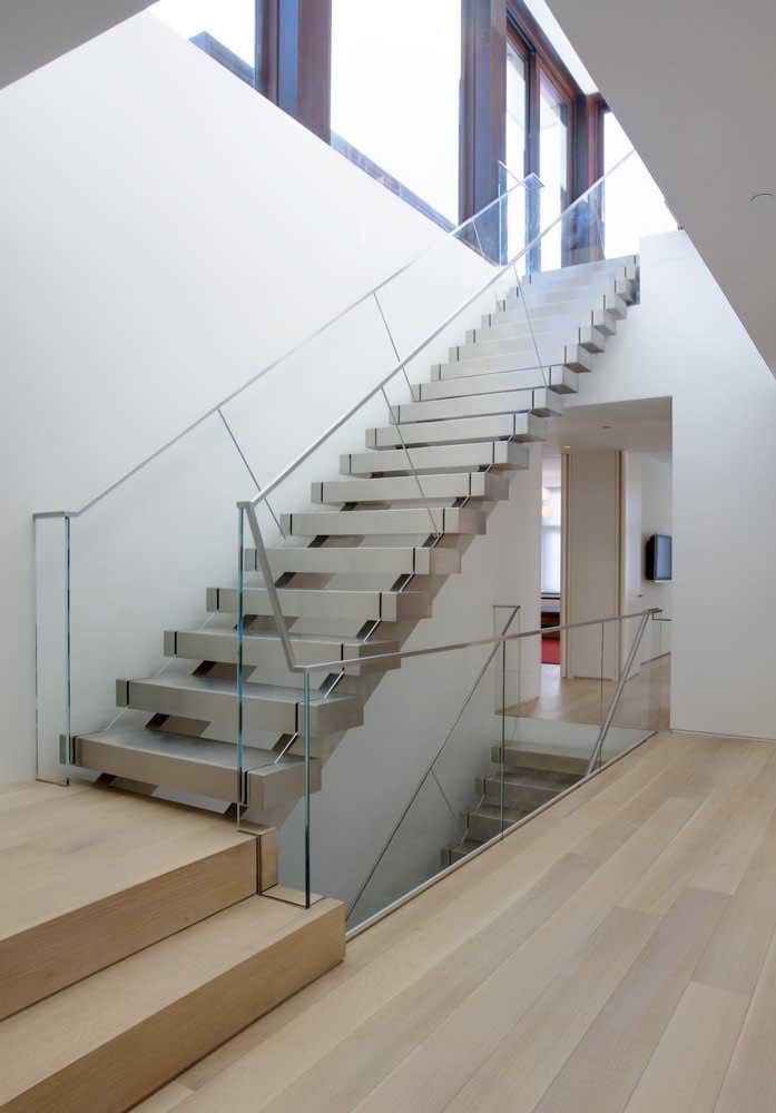 Uma escada de ferro para cada andar da casa.